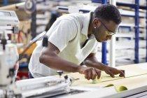 Arbeiter bei der Montage von Rollläden am Fließband in der Fabrik — Stockfoto