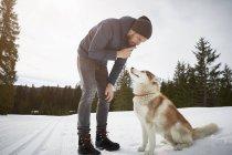Entraînement d'un jeune homme dans un paysage enneigé, Elmau, Bavière, Allemagne — Photo de stock