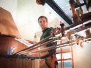 Робітник токарний крани на мідь в пивоварні — стокове фото