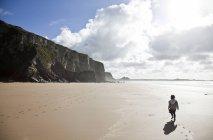 Girl walking on beach, Watergate Bay, Cornwall — Stock Photo