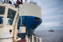 Schlepper und Schiff auf See — Stockfoto