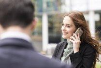 Mulher de negócios na cidade fazendo ligação telefônica — Fotografia de Stock