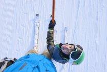 Ritratto in alto di ragazzo sciatore guardando il padre, Gstaad, Svizzera — Foto stock