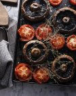 Вид зверху хлібобулочних гриби і помідори на лоток — стокове фото
