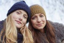 Ritratto di due donne in cappelli a maglia — Foto stock