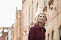 Mujer caminando en la calle urbana, Londres, Reino Unido - foto de stock