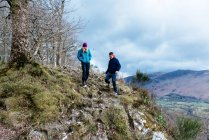 Young couple hiking, Derwent Water, Keswick, Lake District, Cumbria, United Kingdom — Stock Photo