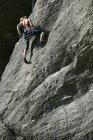 Рок альпинист восхождения скалы — стоковое фото