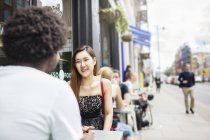 Пара в міському тротуарі кафе — стокове фото