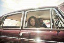 Портрет молодой пары на поездку в старинных автомобилей, Кейптаун, Южная Африка — стоковое фото