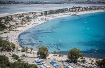 Высокий угол зрения переполненных туристических пляжа и отели, Кальяри, Италия — стоковое фото