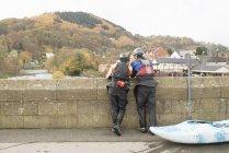 Vista posteriore di due kayaker che si affacciano dal ponte sul fiume Dee, Llangollen, Galles del Nord — Foto stock