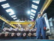 Retrato de engenheiro masculino na fábrica de engenharia — Fotografia de Stock