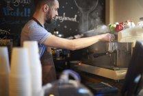 Бариста кофе в кафе — стоковое фото