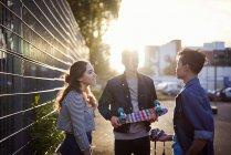 Молодые скейтбордисты болтают на солнечной улице — стоковое фото