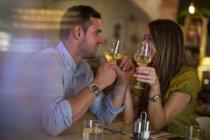 Пара тотажних вино в сучасному ресторані — стокове фото