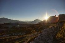 Beau paysage avec des montagnes pittoresques au lever du soleil dans le Tyrol du Sud, Italie — Photo de stock