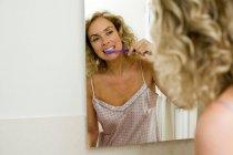 Porträt der Frau, die sich die Zähne putzen — Stockfoto