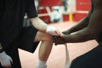 Тренер Рука допомоги боксер пов'язку перед переведенням на рукавички, середині розділі — стокове фото