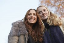 Two female friends smiling outdoors — Stock Photo