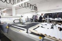 Машина для резки тканей на швейной фабрике — стоковое фото