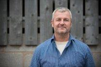 Фермер, посміхаючись, голова і плечі портрет — стокове фото