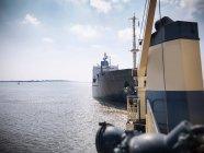 Vue depuis le pont du remorqueur du navire — Photo de stock