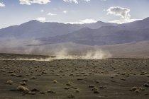 Paesaggio e tempesta di polvere a Ubehebe Crater in Death Valley National Park, California, Stati Uniti — Foto stock