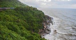 Treinar na montanha e mar vista elevado baterem nas rochas, província de Binh Dinh, Vietnã — Fotografia de Stock