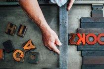 Detail der Handhabung der Buchdruckmaschine in der Buchkunst-Werkstatt, Overhead-Ansicht — Stockfoto