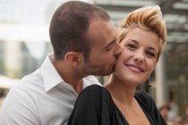 Sorrindo casal beijando ao ar livre — Fotografia de Stock