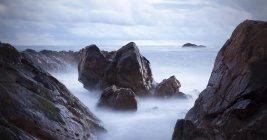 Живописный вид на скалы и океан, порту, Португалия — стоковое фото