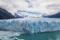 Perito Moreno Glacier and mountains under blue cloudy sky — Stock Photo
