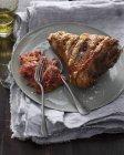 Hock di prosciutto arrosto con posate sul piatto e guarnire — Foto stock