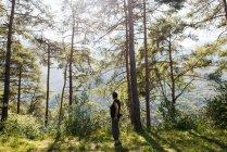 Жінка, стоячи в ліс, хтось дивитися вбік, Пассо Maniva (Італія) — стокове фото
