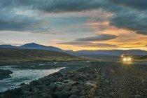 Фари на заході сонця в гірський ландшафт — стокове фото