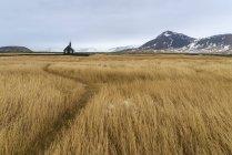 Вид церкви Budir и заснеженные горы — стоковое фото