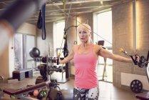 Vorderansicht der Frau im Fitness-Studio trainieren — Stockfoto
