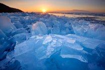 Ghiaccio rotto impilato al tramonto, Lago Baikal, Isola di Olkhon, Siberia, Russia — Foto stock