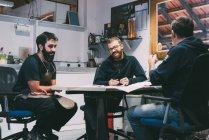Металоконструкції робочої групи в офісі ковальського дизайну — стокове фото