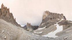 Basse nuvole sulle formazioni rocciose, Italia — Foto stock