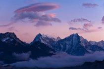 Nuvole e cime innevate — Foto stock