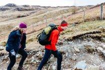 Young couple hiking, Honister Slate Mine, Keswick, Lake District, Cumbria, United Kingdom — Stock Photo