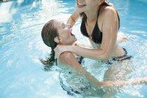 Deux adolescentes, sauter dans la piscine — Photo de stock