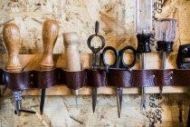 Ligne d'outils à main vintage sur le mur de l'atelier — Photo de stock