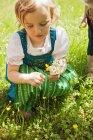Девушка в традиционной баварской одежде — стоковое фото