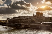 Vue sur la Seine et riverboat, Paris, France — Photo de stock