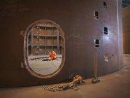 Инженер, инспектирующий морское производство, используемое для прокладки кабелей — стоковое фото