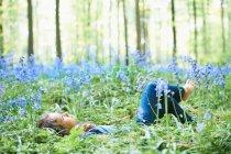 Jeune fille portant dans le champ de fleurs — Photo de stock