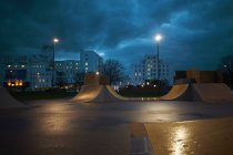 Cityscape and skateboard park — Stock Photo